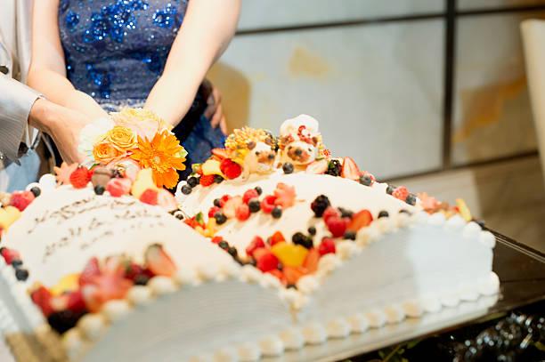 hand des paares schneiden kuchen mit hochzeit party - orange hochzeitstorten stock-fotos und bilder