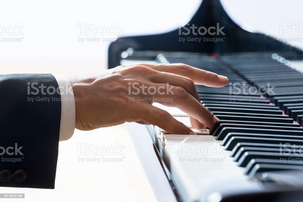 Hand des Pianisten während der Leistung – Foto