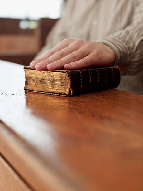 hand von zeugen auf bibel im gerichtssaal - eid stock-fotos und bilder