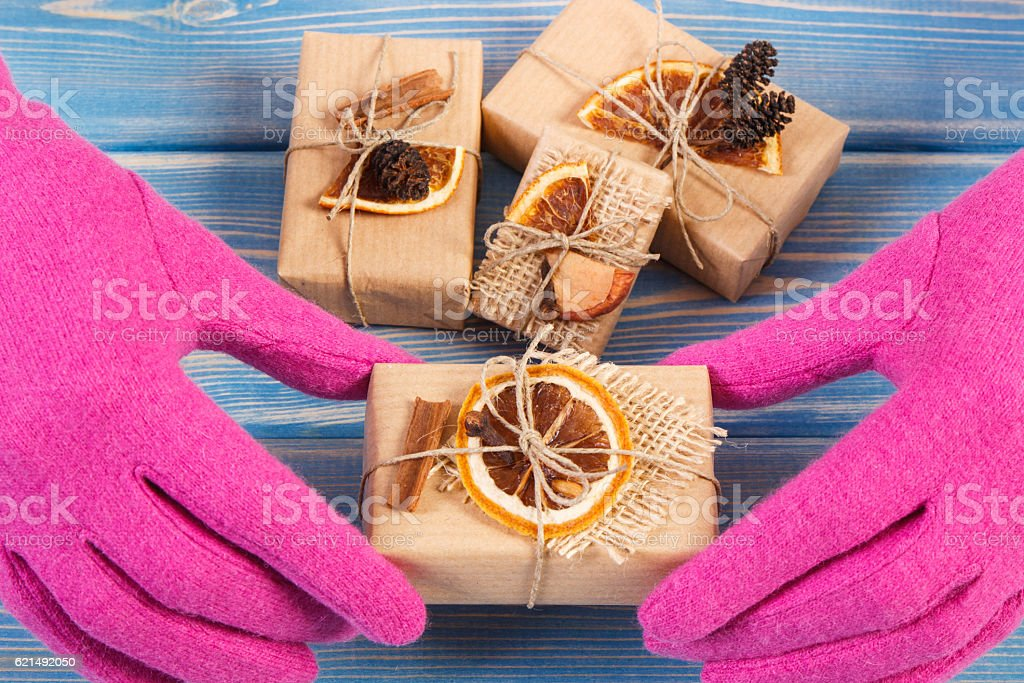 Hand of woman in gloves with decorated gifts for Christmas foto stock royalty-free
