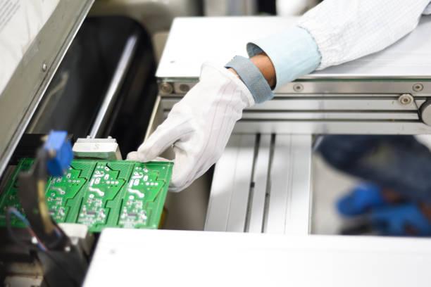 hand des arbeiters in einer elektronikfabrik entfernen druckleiter aus smt-linie - produktdesigner stock-fotos und bilder