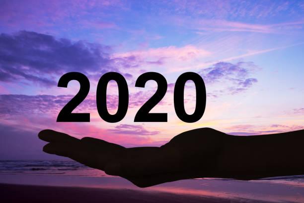 Hand bietet 2020 Zahlen, Strand Sonnenuntergang Hintergrund, neues Jahr und Feiertage Grußkarte – Foto