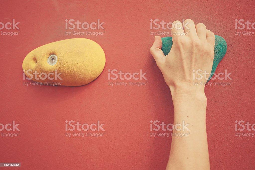 Hand auf bouldering wall – Foto