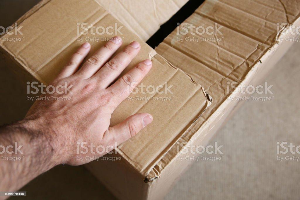 段ボール箱の上の手。家のコンセプト イメージを移動します。 ストックフォト