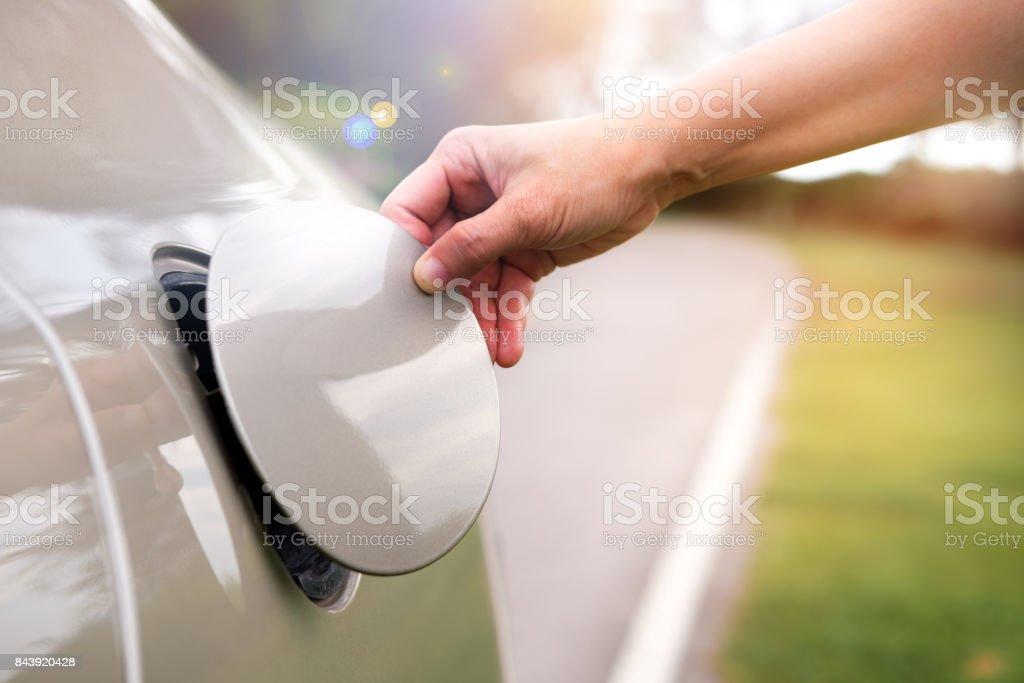Mão abrir a tampa do óleo do carro para reabastecer. - foto de acervo