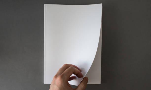 hand opening blanco witte brochure met kopieer ruimte - magazine mockup stockfoto's en -beelden