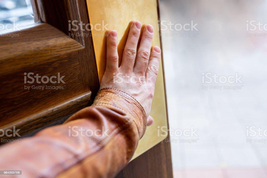 Mão, abrindo a porta - Foto de stock de Acessibilidade royalty-free