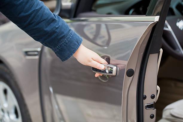 Hand öffnen Autotür – Foto