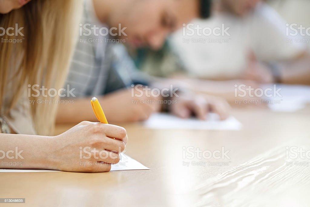 hand macht Notizen auf Papier – Foto