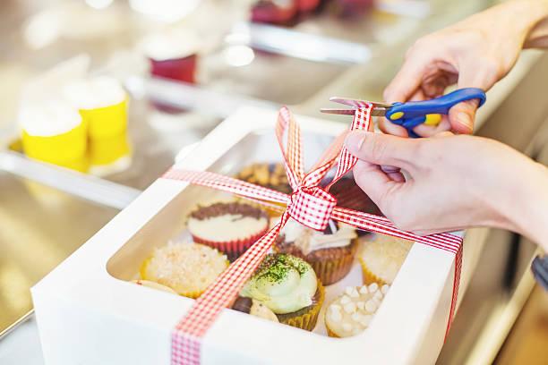 Hand Packen viele verschiedene cupcakes ein – Foto