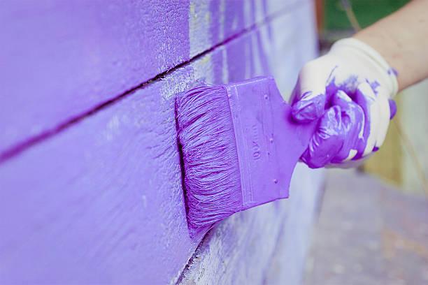 hand Gemälde violet Holzwand – Foto