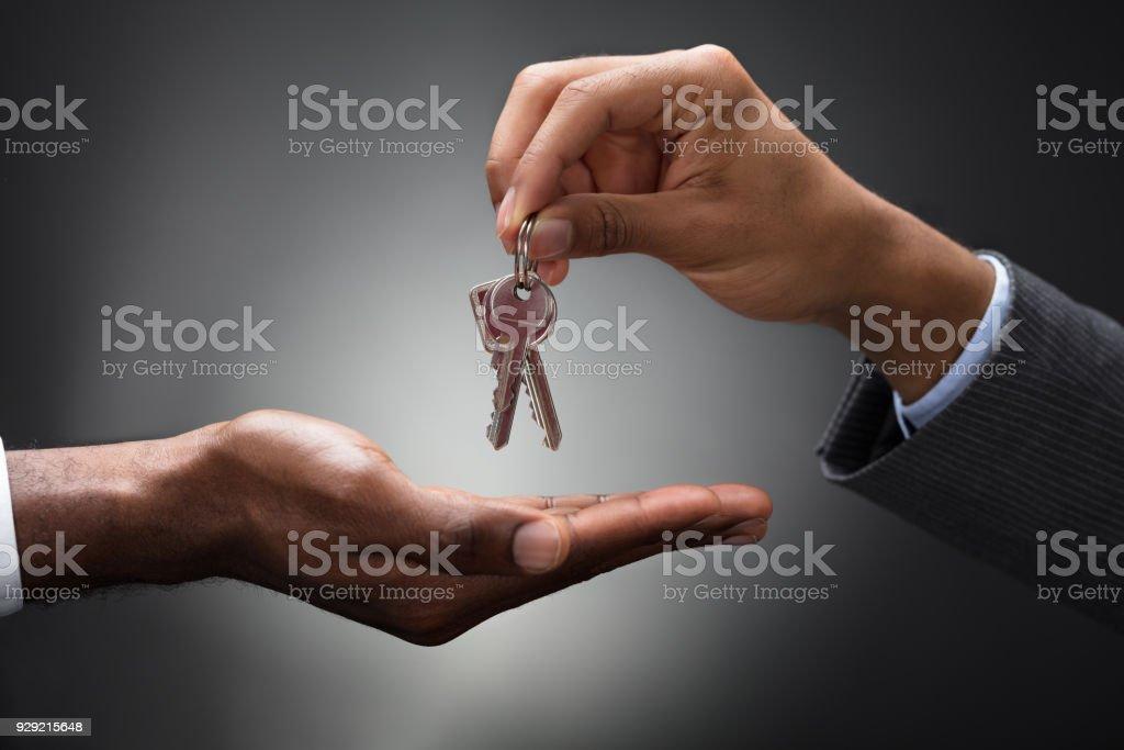 Anahtarlar yeni sahibine geçen el stok fotoğrafı