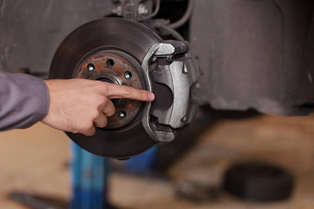 main pointant du doigt de voiture freins - disque de frein photos et images de collection