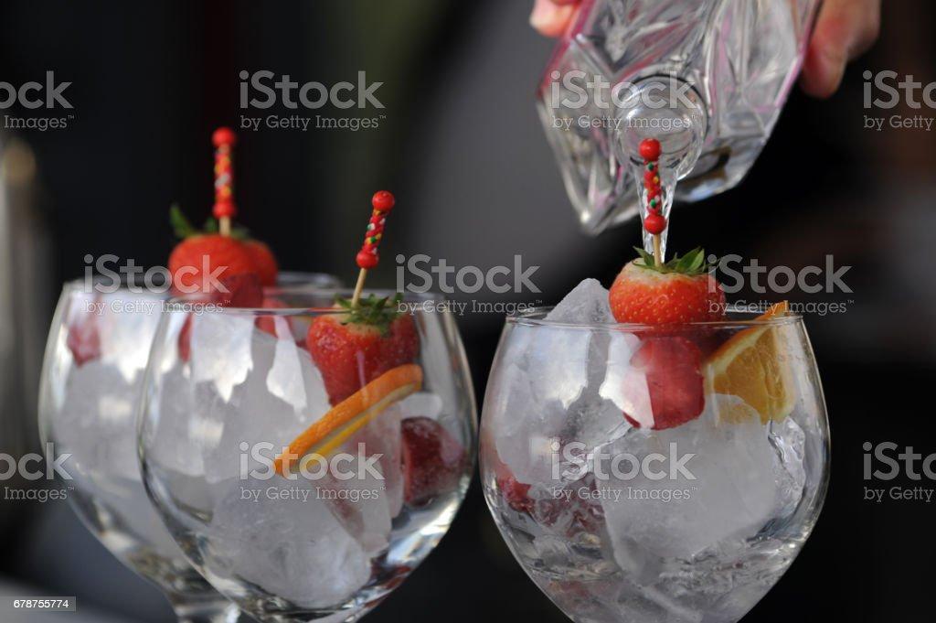 Verter la bebida en vasos de Cóctel grandes mano - foto de stock