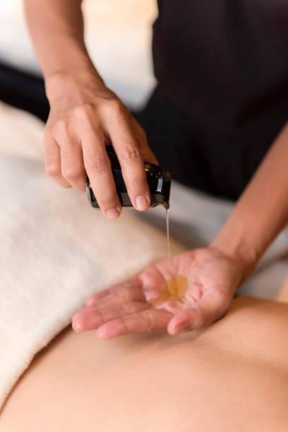 Hand gießen Öl für Massage im spa – Foto