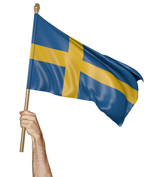 Mão orgulhosamente acenando a bandeira nacional da Suécia - foto de acervo