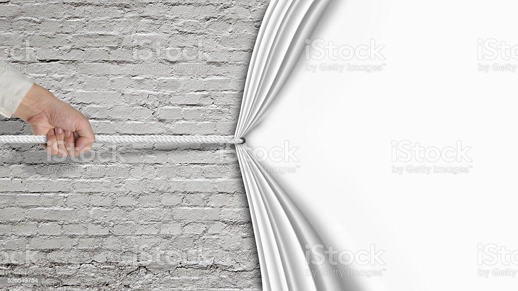 Hand ziehen auf weißen Vorhang auf alten Ziegelwand – Foto