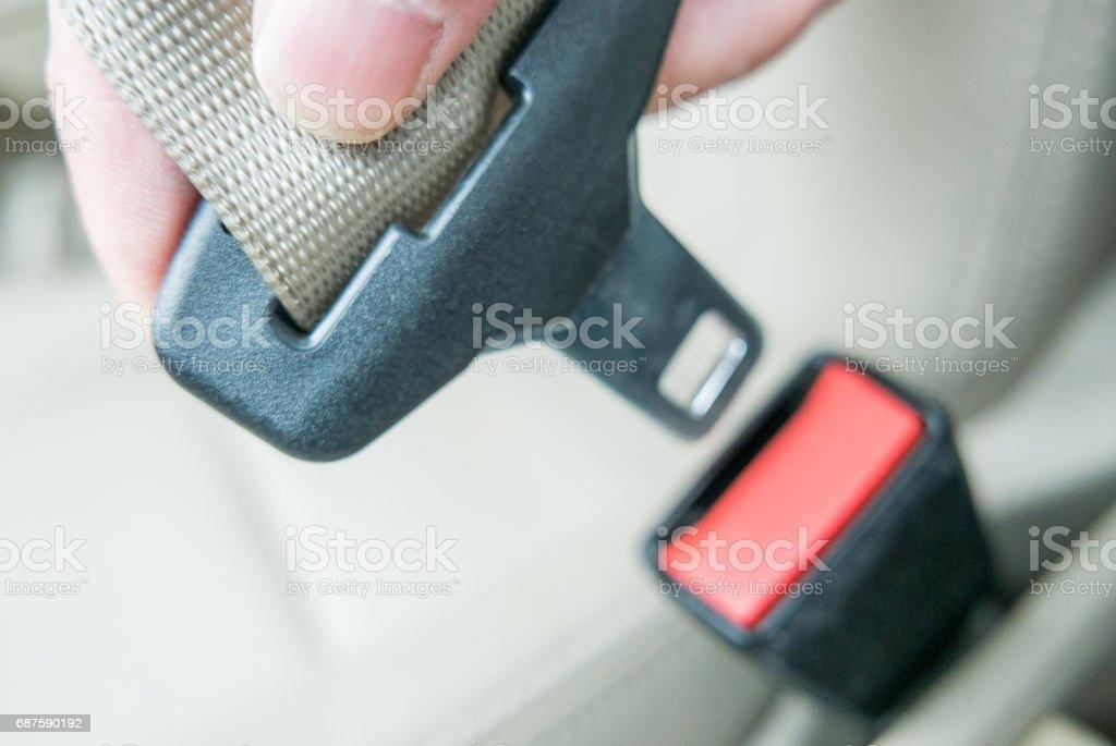Mano tirando de cinturón de seguridad - foto de stock