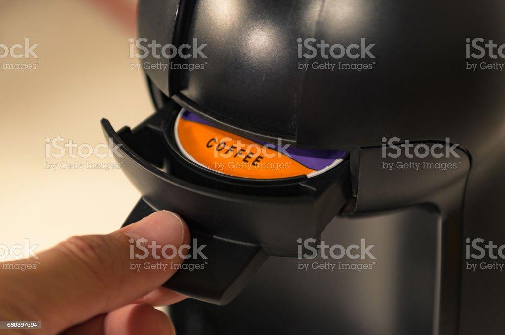 Mão, puxando a gaveta da cápsula da máquina de café expresso - foto de acervo