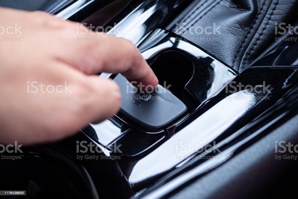 Handdrücken auf elektronischen Handbremsknopf in Luxus moderne auto - Lizenzfrei Armaturenbrett Stock-Foto