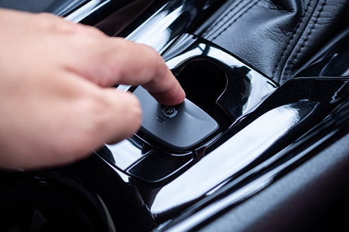 Handdrücken Auf Elektronischen Handbremsknopf In Luxus Moderne Auto Stockfoto und mehr Bilder von Armaturenbrett