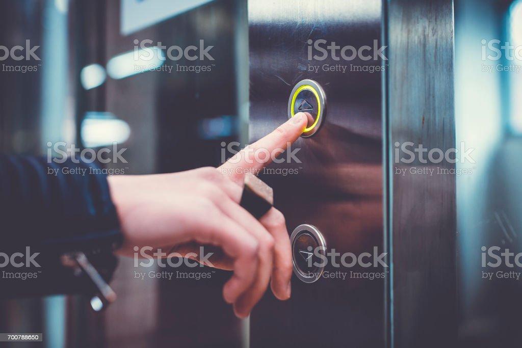 Mano empujando ascensor botón - foto de stock