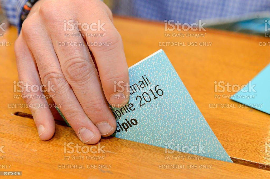 Hand setzen eine Abstimmung Abstimmung in einem-Steckplatz der im Feld – Foto