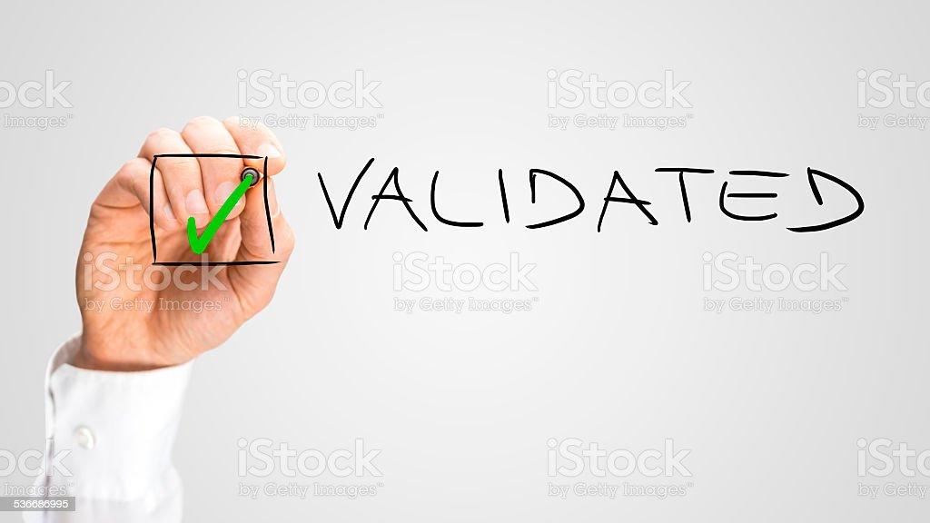 Hand beim Check-in der Box für validiert Option – Foto