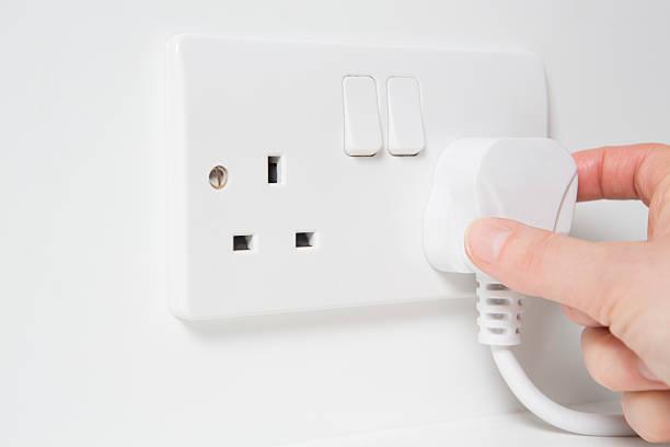 main mettre en électricité console de connexion multiprise - prise électrique à trois fiches photos et images de collection
