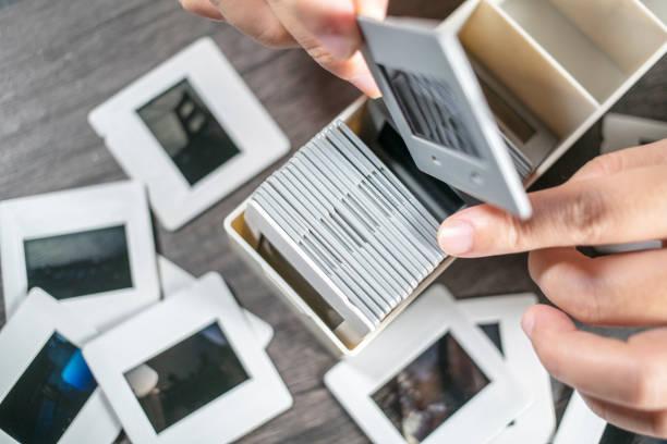 hand, umkehr film in die box - dokumentation stock-fotos und bilder