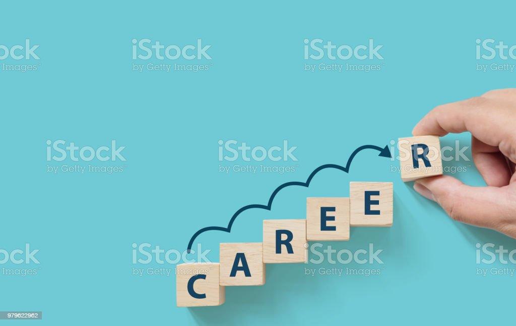 Hand, Holzwürfel Block auf blauem Hintergrund mit Wort Karriere und Kopie Platz für Ihren Text. Geschäft Karriereplanung Wachstum zum Erfolgskonzept – Foto