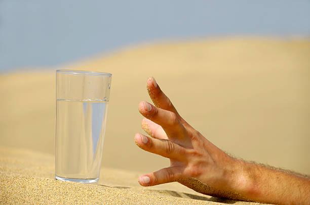 hand reaching for water. - 口渴 個照片及圖片檔