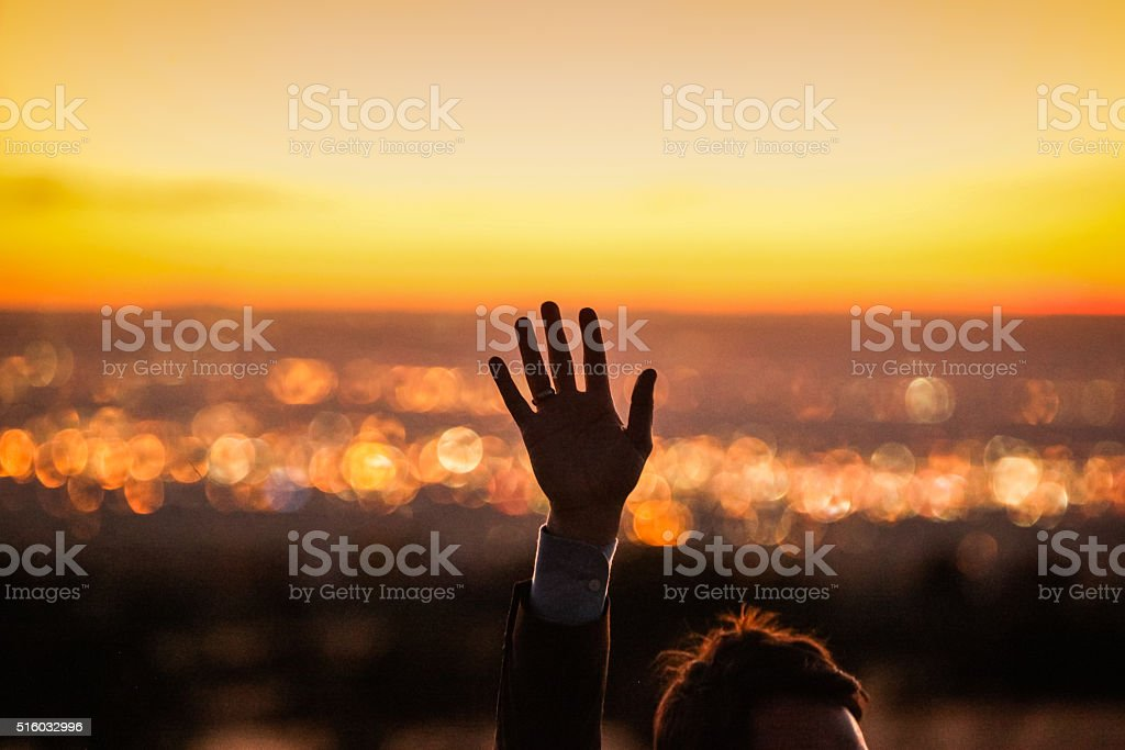 Mano raggiungendo tramonto cielo landcape uomo - foto stock