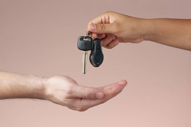 Hand erhält Autoschlüssel – Foto