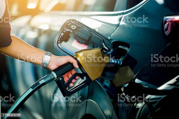 Ricarica A Mano Dellauto Con Carburante Alla Stazione Di Rifornimento - Fotografie stock e altre immagini di Adulto