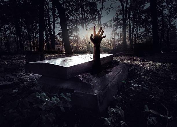 hand sich von der grave - waldfriedhof stock-fotos und bilder