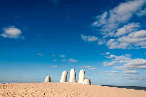 hand sculpture, the symbol of punta del este, uruguay - 東方 個照片及圖片檔