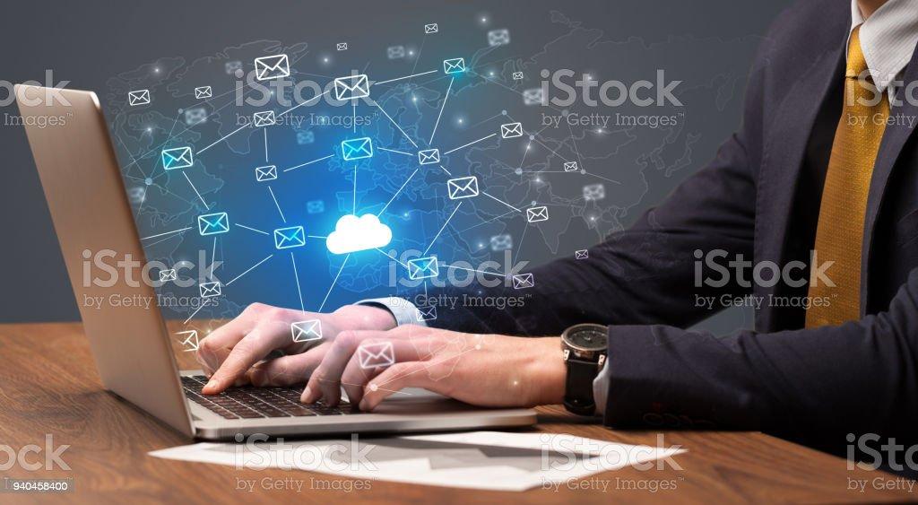 Enviando um monte de mensagens sobre o conceito de portátil de mão - foto de acervo