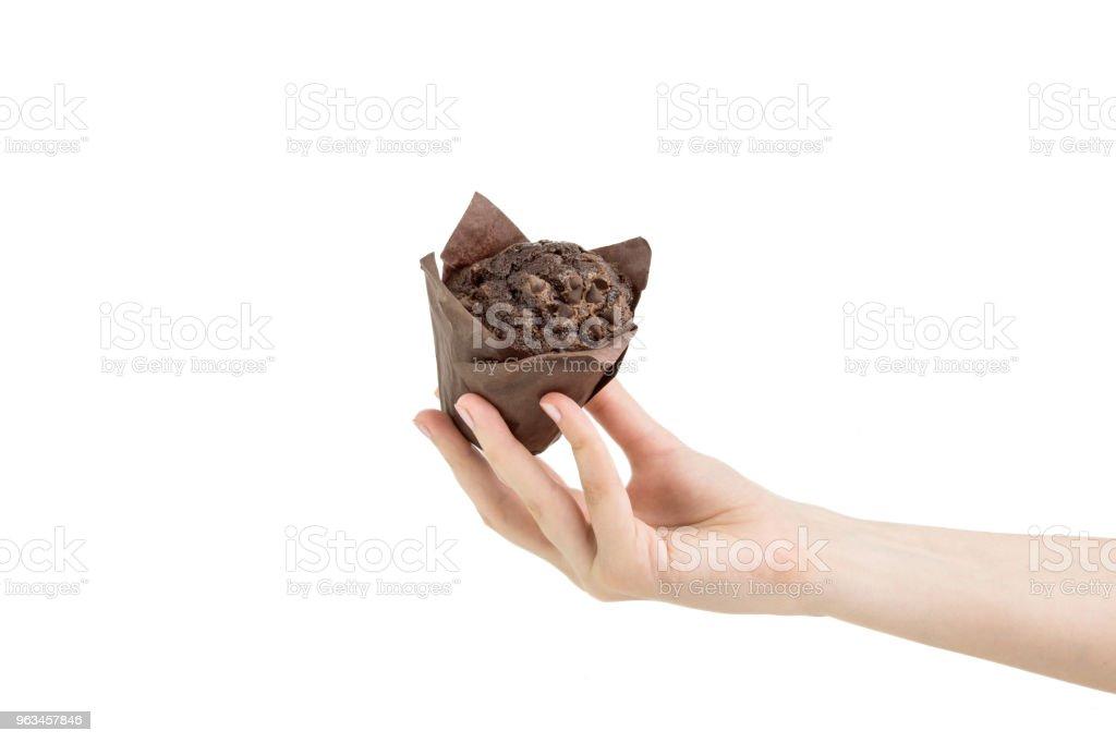 Siyah kakao Muffin izole fırın kağıt hizmet veren el - Royalty-free Atıştırmalıklar Stok görsel