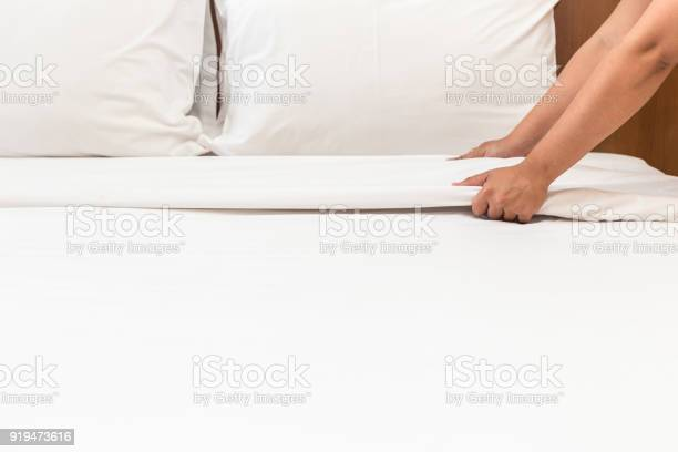 Hand set up white bed sheet in hotel room picture id919473616?b=1&k=6&m=919473616&s=612x612&h=kn7feydscivioungie8 gtyub8rxsoksiypmqiuzpeo=