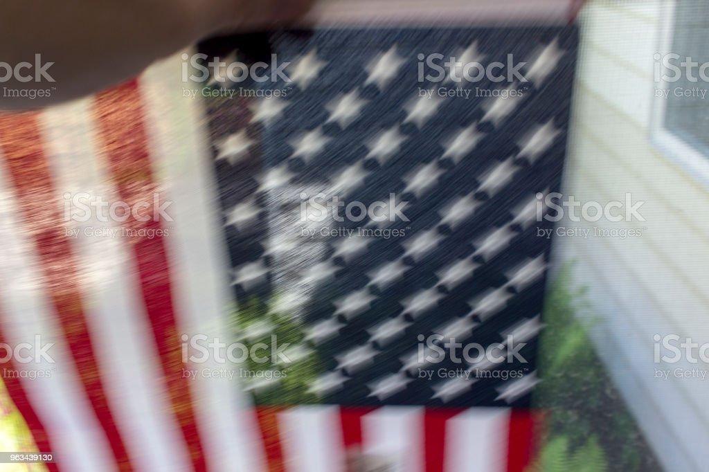 Ręka Potrząsając amerykańską flagą - Zbiór zdjęć royalty-free (Amerykańska flaga)