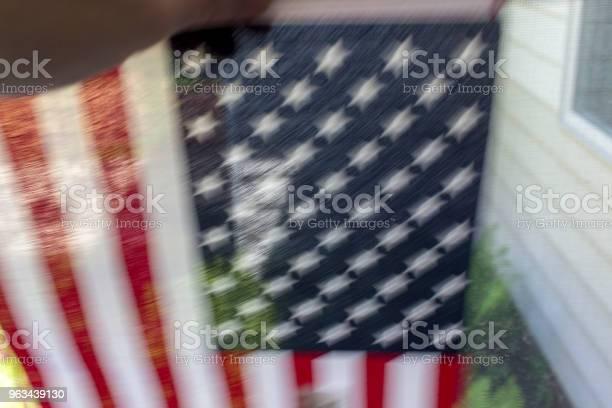 Ręka Potrząsając Amerykańską Flagą - zdjęcia stockowe i więcej obrazów Amerykańska flaga