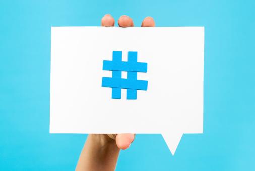 Mano Mostrando Internet De Medios Sociales De Burbujas De Discurso Tendencia Tema Hashtag Foto de stock y más banco de imágenes de Afilado