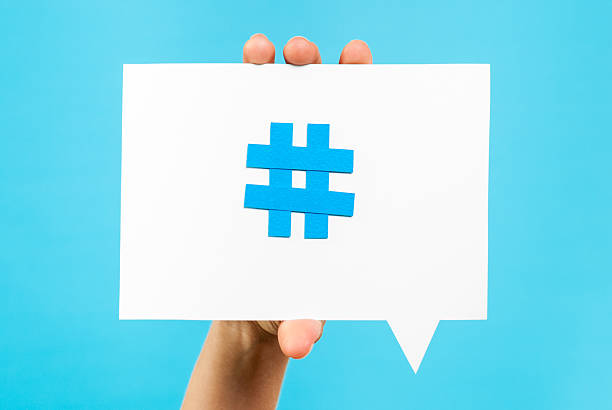 Main montrant internet médias sociaux discours bulles de tendance thème hashtag - Photo
