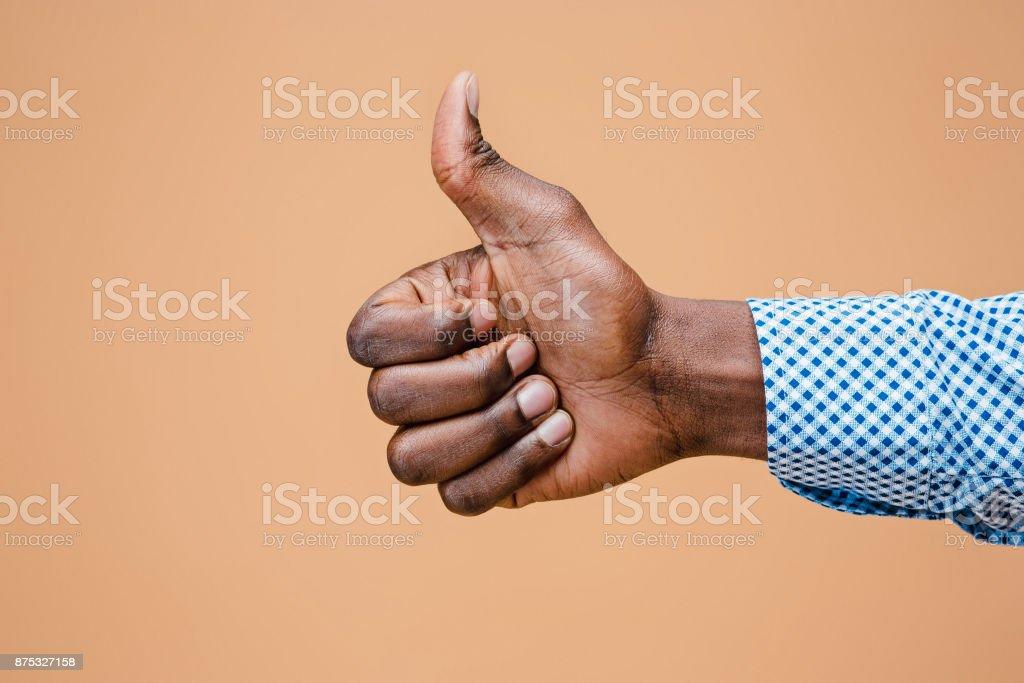 Hand, OK Anzeichen auf braunem Hintergrund isoliert – Foto
