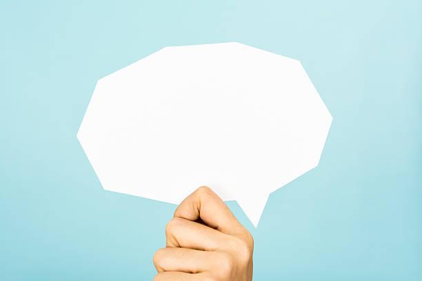 hand zeigen weiße leere sprechblase, geraden schnitt, blau hintergrund. - gründe zitate stock-fotos und bilder