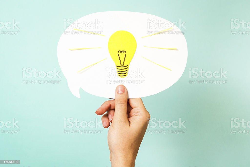 Mão mostrando branco pensamento. Amarelo lâmpada. Que reinventar conceito inteligente - foto de acervo