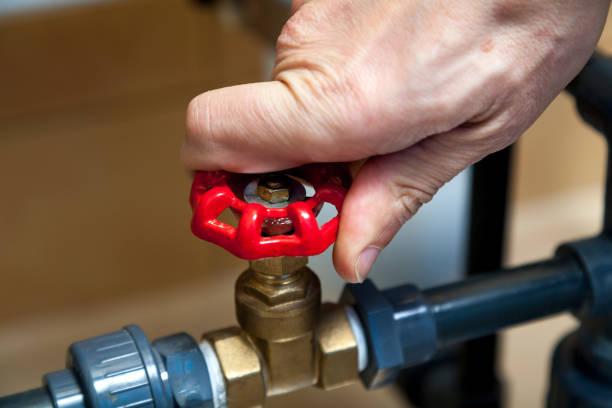 hand spins valve close-up - tap water zdjęcia i obrazy z banku zdjęć