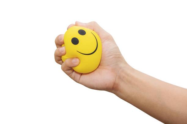 손으로 짠 노란 스트레스 공, 흰색 배경에 고립, 분노 관리, 긍정적 사고 개념 - 짠 뉴스 사진 이미지