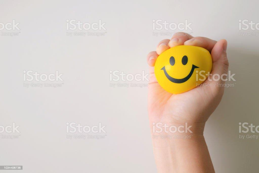 Hand drücken Sie gelbe Stress-Ball. – Foto